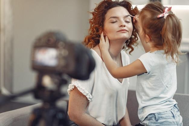 Mutter mit tochter fotografiert einen beauty-blog