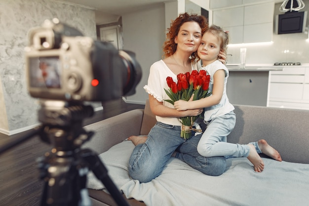 Mutter mit tochter fotografiert zu hause einen blog