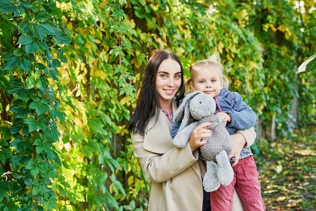 Mutter mit tochter im herbst park