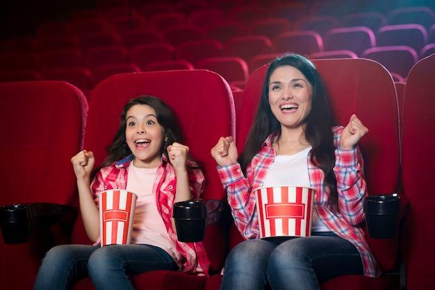 Mutter mit tochter im kino