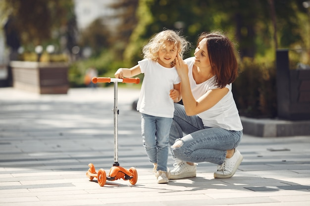 Mutter mit tochter in einem frühlingspark mit schlittschuh