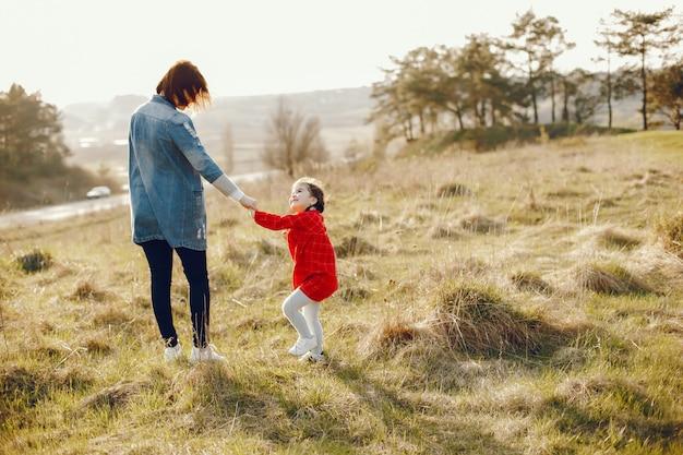 Mutter mit tochter in einem wald