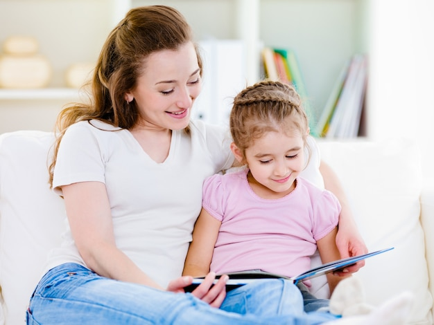 Mutter mit tochter liest das buch