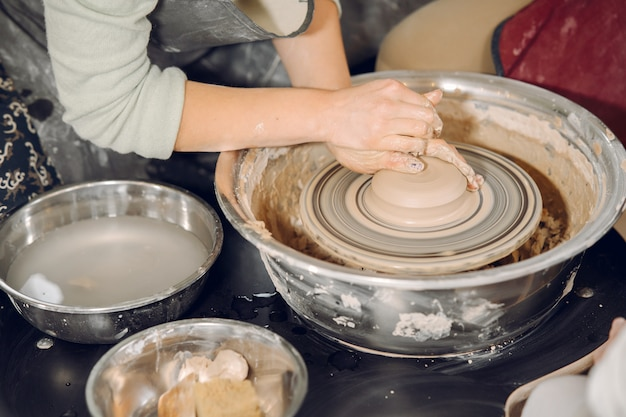 Mutter mit tochter macht vase in einem potterystudio