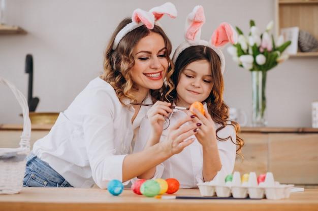 Mutter mit tochter malt eier für ostern