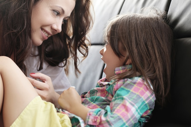Mutter mit tochter spielt