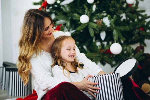 Mutter mit tochter von weihnachtsbaum