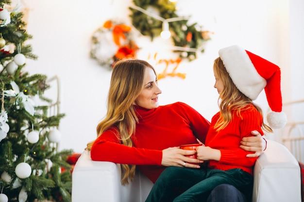 Mutter mit tochter weihnachtsmütze tragen