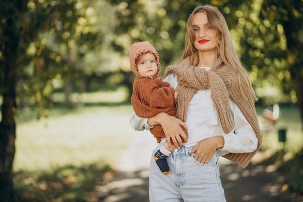 Mutter mit tochter zusammen im park