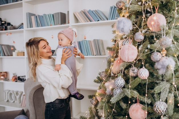 Mutter mit töchterchen am weihnachtsbaum