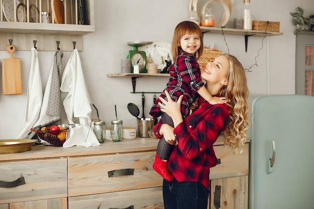 Mutter mit töchterchen in der küche