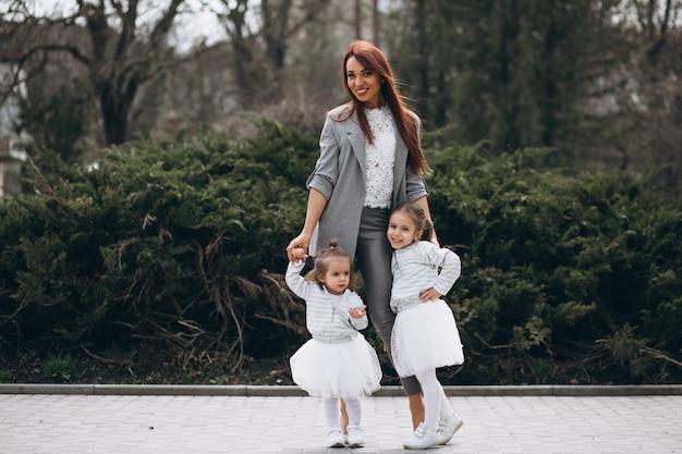 Mutter mit zwei töchtern