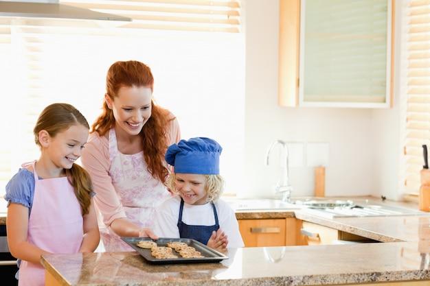 Mutter präsentiert ihren kindern fertige kekse