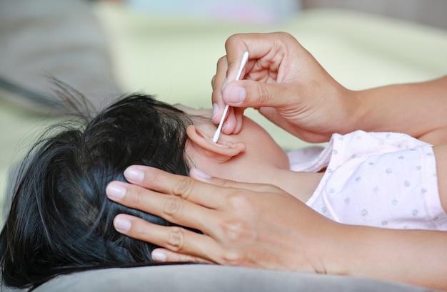 Mutter reinigung baby ohr mit wattestäbchen.