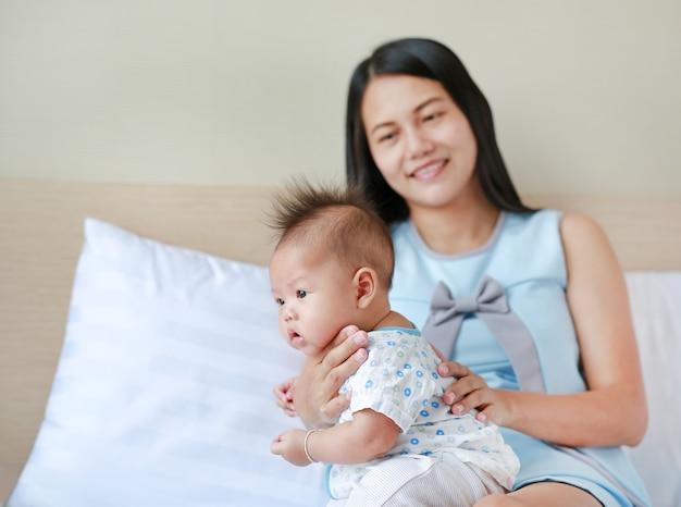 Mutter rülpst für säuglingsbaby.