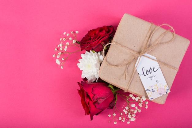 Mutter `s tagesgeschenkbox mit blüten der blume