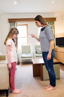 Mutter schalt ihre tochter im wohnzimmer