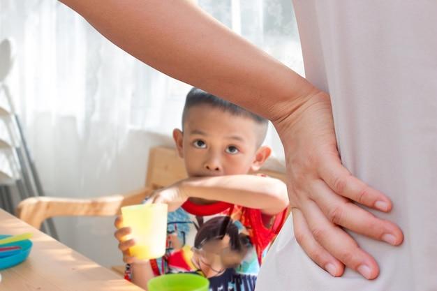 Mutter schimpft mit ihrem kind