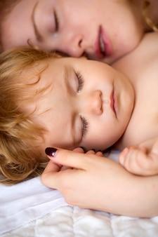 Mutter schläft mit baby