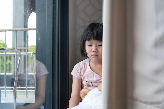 Mutter schlug ihr kind, kinder weinen, fühlen sich traurig, junges mädchen unglücklich, familiengewaltkonzept, selektiver fokus und weicher fokus