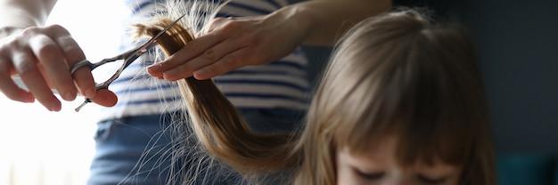 Mutter schneidet haare zu hause kind während der quarantäne