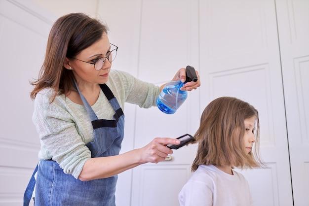 Mutter schneidet tochter zu hause haare, kinder, frisuren, haare, schönheit.
