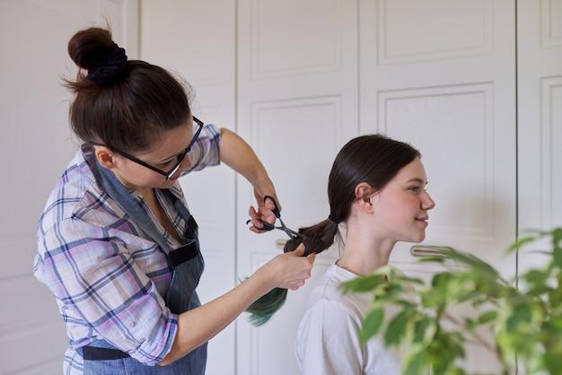 Mutter schnitt haartochter teenager, schnitt gefärbtes ungesundes haar.