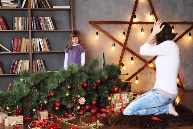 Mutter schockierte, dass tochter den weihnachtsbaum zerstörte
