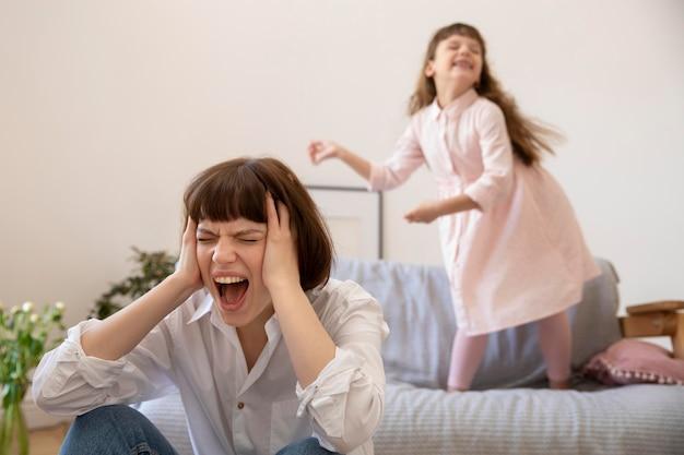 Mutter schreit mit mittlerer schussweite Kostenlose Fotos