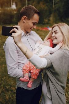 Mutter sie ein auto foto ihres babys und ihr mann