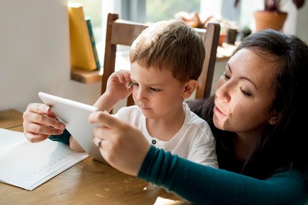 Mutter-sohn verbringen zeit-feiertags-zusammengehörigkeit