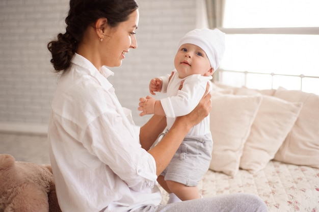 Mutter, spielend mit ihrem kleinkindjungenlächeln