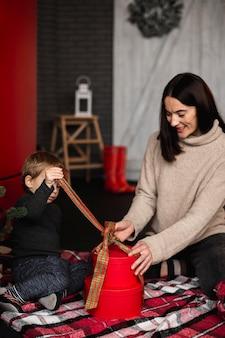 Mutter spielt mit dem jungen
