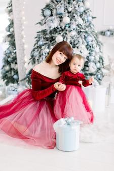 Mutter-tochter-konzept. neujahr und weihnachten.