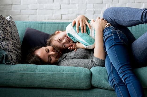 Mutter-tochter verbringen zeit-feiertags-zusammenhalt