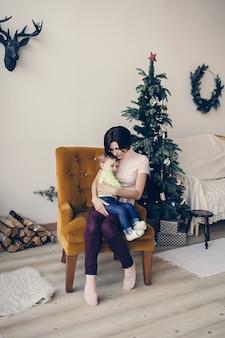 Mutter tröstet tochter, während sie auf stuhl sitzt