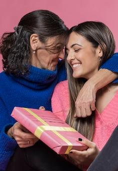Mutter überrascht von mädchen mit geschenk