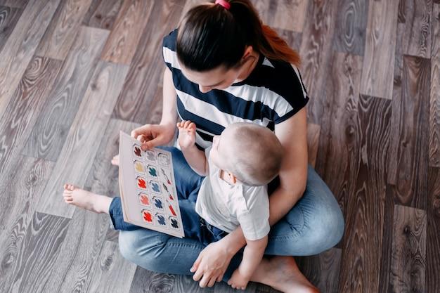 Mutter und baby, die lehrbuch lernen