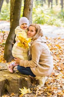 Mutter und baby entspannen sich im herbstpark