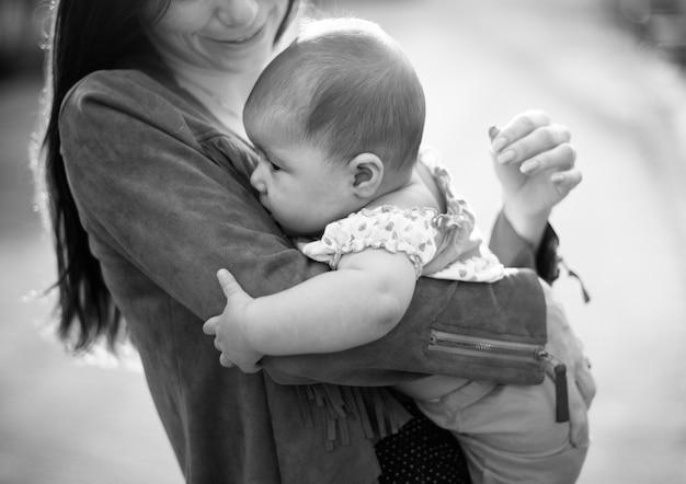 Mutter und baby neugeborene liebe emotionale familie