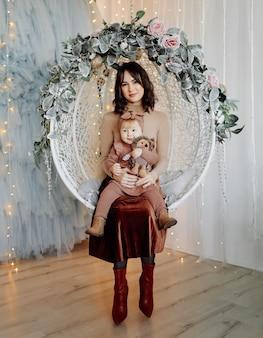 Mutter und baby posieren in schaukel