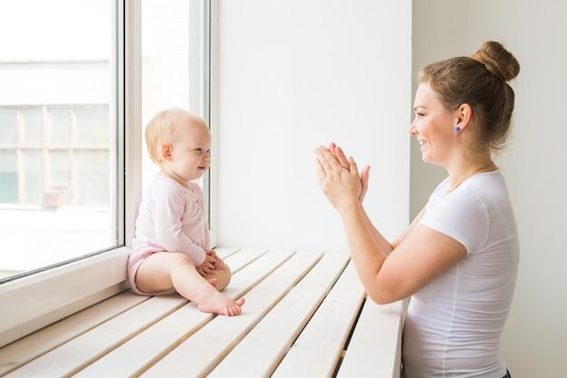 Mutter und baby spielen und lachen. eine glückliche familie