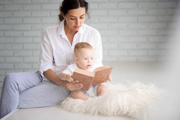 Mutter und baby spielen und umarmen. glückliche familie