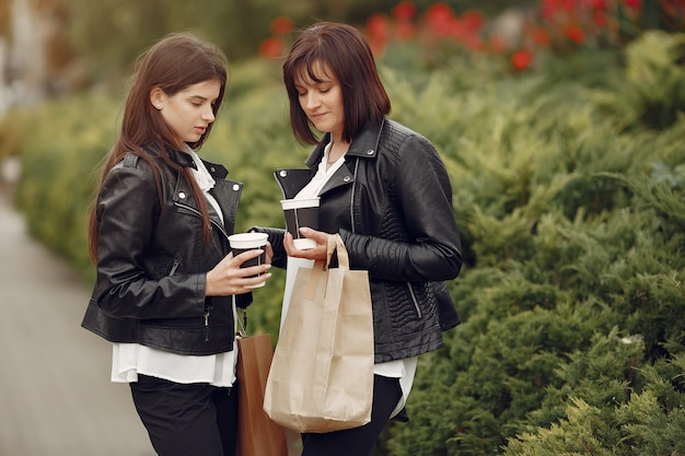 Mutter und erwachsene tochter mit einkaufstasche