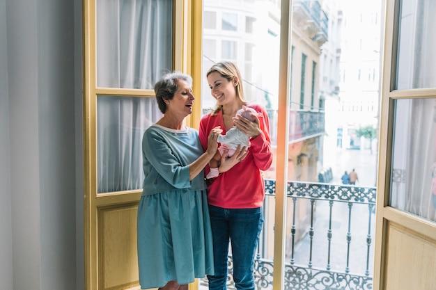 Mutter und großmutter mit baby