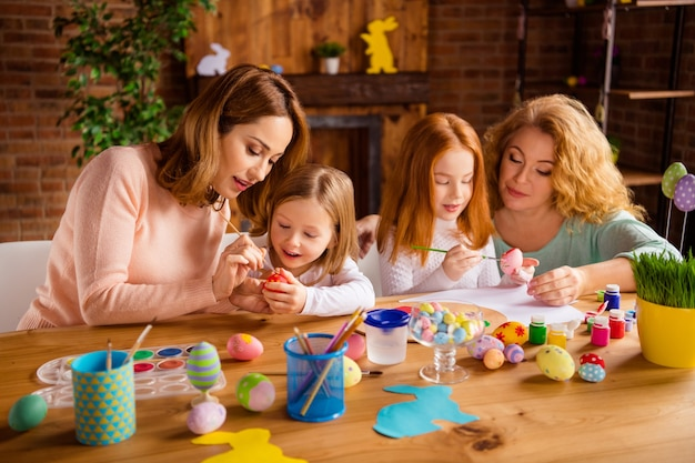 Mutter und großmutter mit kindern malen