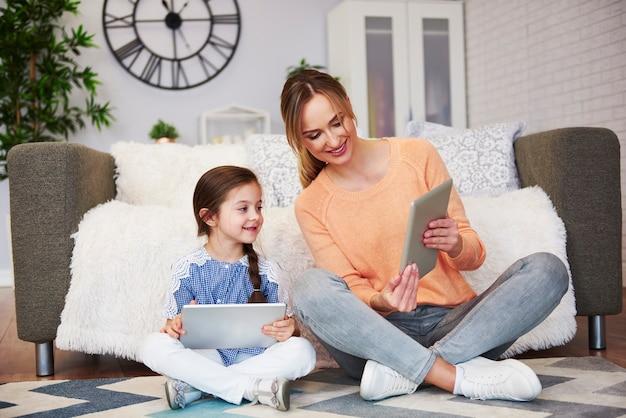 Mutter und ihr kind betrachten digitales tablet