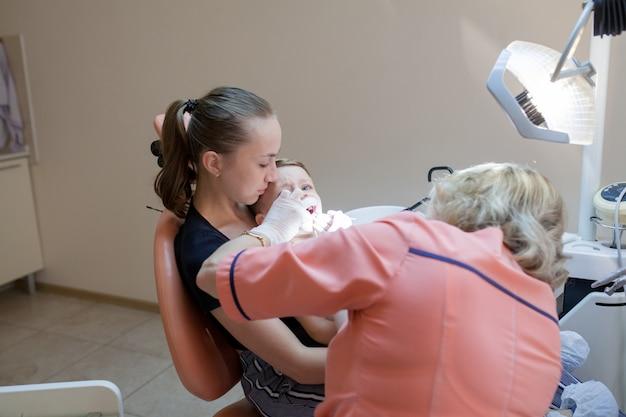 Mutter und ihr kleiner sohn besuchen den zahnarzt
