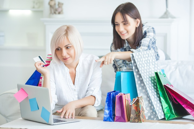 Mutter und ihre erwachsene tochter machen zusammen online-einkäufe