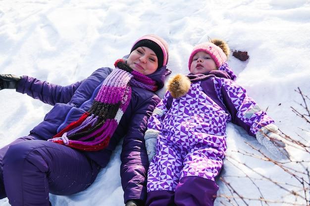 Mutter und ihre kleine tochter, die wintertag genießen.